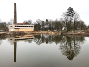 Ketelhuis met mooie spiegeling in grote waterplas
