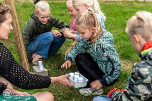 kinderen en geurpotjes