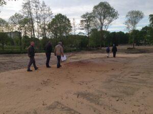 rondleiding Elisabeth terrein helicopterveld dat net is leeggegraven. Mei 2015